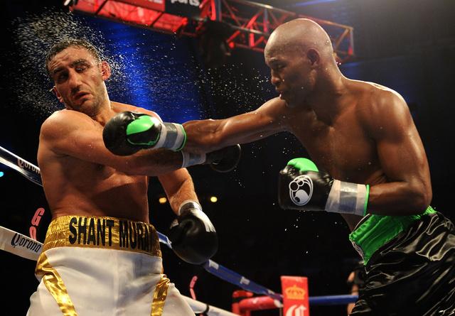 بطل الملاكمة الأكبر سنا في العالم يحتفظ بلقبه