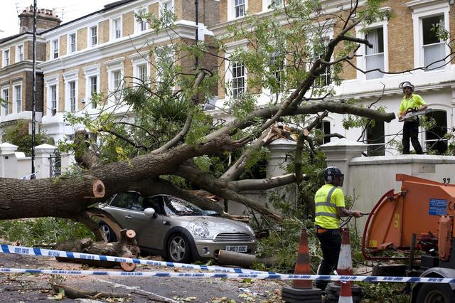مقتل 13 شخصا على الأقل في اعصار قوي ضرب أوروبا الغربية