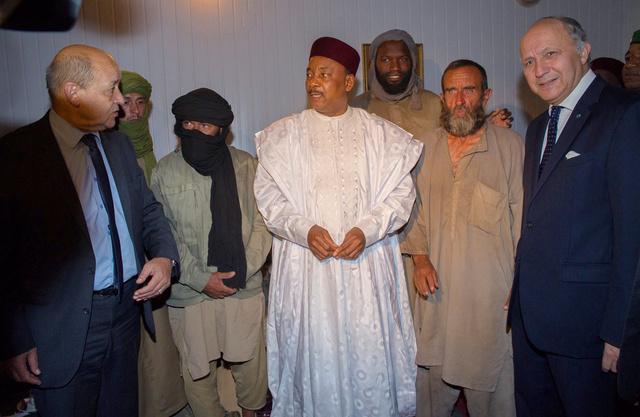 هولاند يعلن عن اطلاق سراح 4 رهائن فرنسيين في النيجر