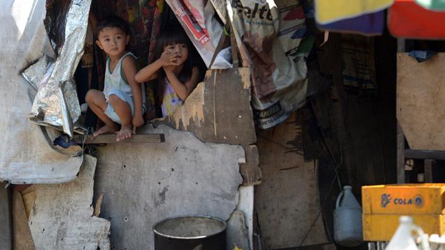 فقر العائلة قد يؤدي إلى انكماش مخ الطفل