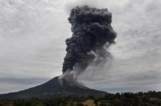 بركان سينابونغ يثور من جديد والسلطات تجلي سكان القرى القريبة منه