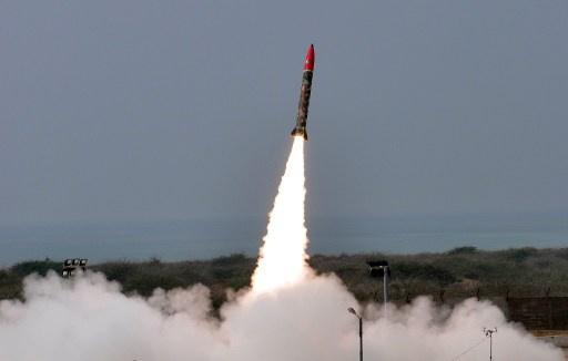 باكستان تجرب صاروخا باليستيا قصير المدى قادرا على حمل رؤوس نووية