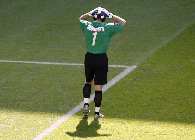 بالفيديو.. حارس مرمى دينامو كييف يكلف فريقه هدفاً كوميدياً