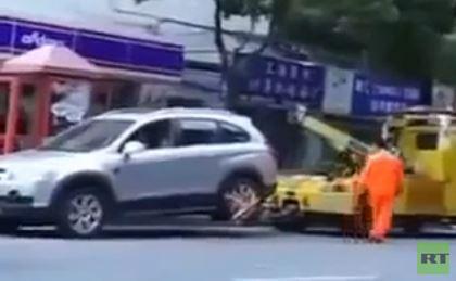 بالفيديو .. سيدة تستقل سيارتها وتجر رافعة قبل سحبها لمخالفة مرورية