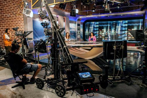 صحفيو التلفزيون اليوناني ينظمون بث الاخبار من ستوديو مرتجل بالشارع بعد اغلاق قناتهم