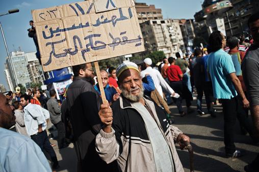 أنصار مرسي يدعون إلى التظاهر والسلطات تحقق في اشتباكات الجيزة