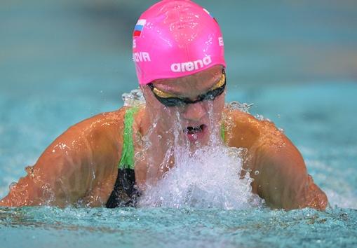 الروسية يوليا يفيموفا تسجل رقما قياسيا عالميا في سباحة الصدر