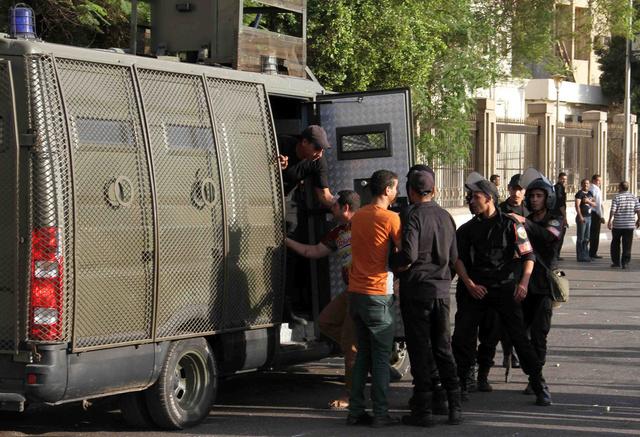 المباحث المصرية تلقي القبض على وزير التموين السابق باسم عودة