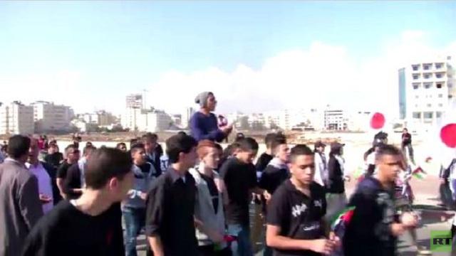 آلاف الطلاب الفلسطينيين يشكلون سلسلة بشرية للتضامن مع الأسرى