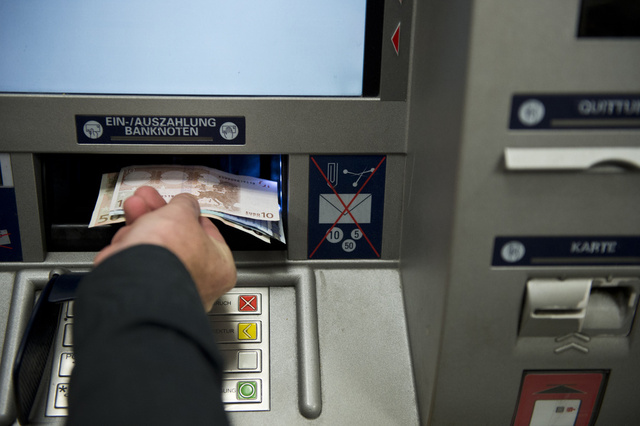 مصادر: الاستخبارات الأمريكية تجمع معلومات عن التحويلات المالية للمواطنين