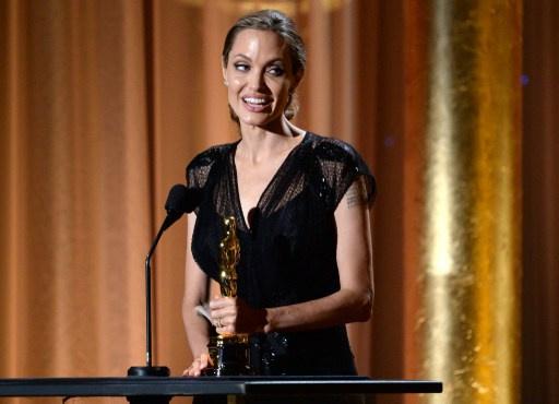 أنجيلينا جولي تحصل على جائزة