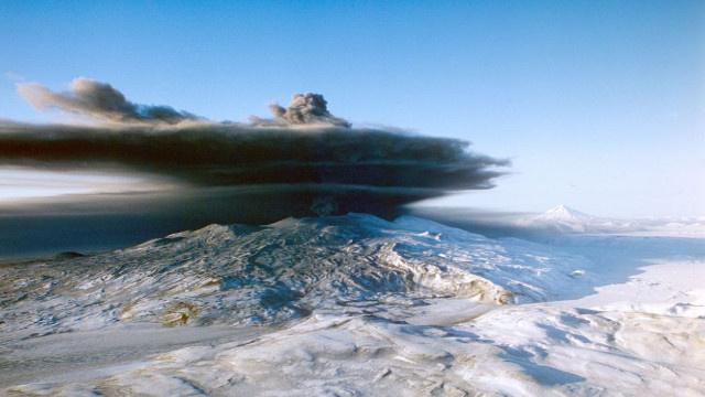 قذف شديد للرماد من بركان
