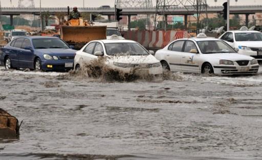 وفاة ثلاثة من أسرة واحدة بسبب الامطار الغزيرة في الرياض والتربية تعلق الدراسة