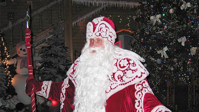 عيد الميلاد ورأس السنة يفتتح باشعال بابا نويل الأنوار في أول شجرة صنوبر