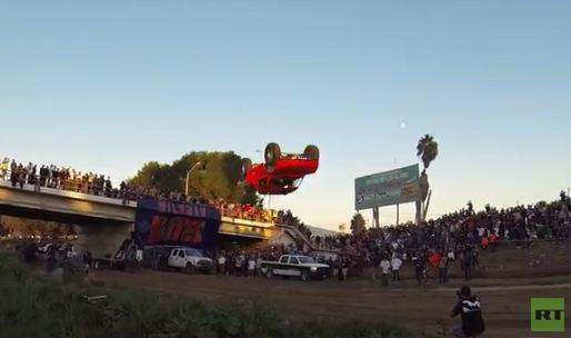 بالفيديو .. مغامر يطير بسيارته وينقلب في الهواء بـ 360 درجة