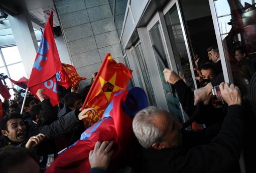 مئات المحتجين يشتبكون مع الشرطة أمام إحدى محاكم اسطنبول دون وقوع إصابات