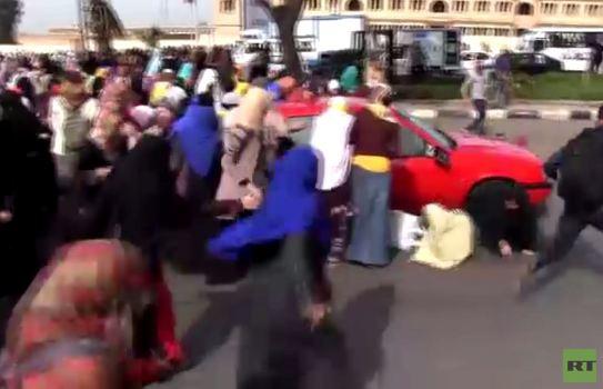 بالفيديو.. مجهول يقود سيارته نحو حشد من الفتيات المؤيدات للاخوان بالقاهرة
