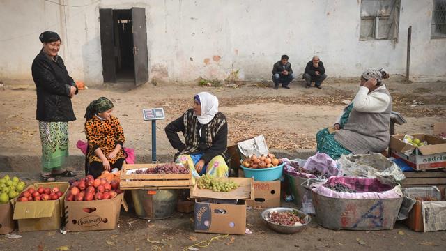 طاجيكيات يطالبن بإعادة أزواجهن العاملين في روسيا إلى الوطن