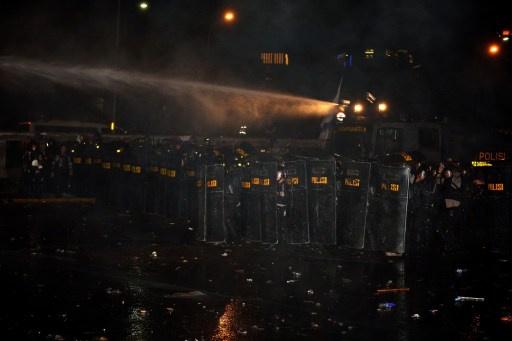 شرطة موسكو تستخدم مدفعا مائيا لإتلاف علبة غريبة تشبه عبوة ناسفة أمام سفارة أثيوبيا