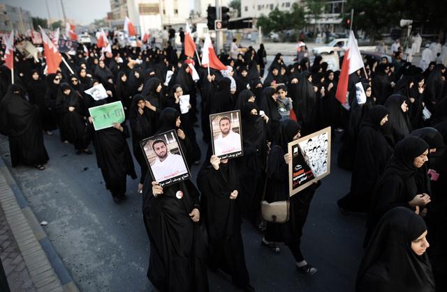 آلاف المعارضين في البحرين يتظاهرون مطالبين بوقف القمع والافراج عن النشطاء المعتقلين