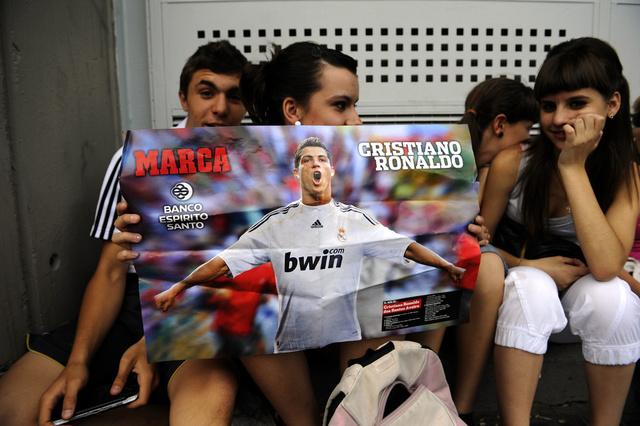 جماهير ريال مدريد تدعم رونالدو بـ 45 ألف قناع