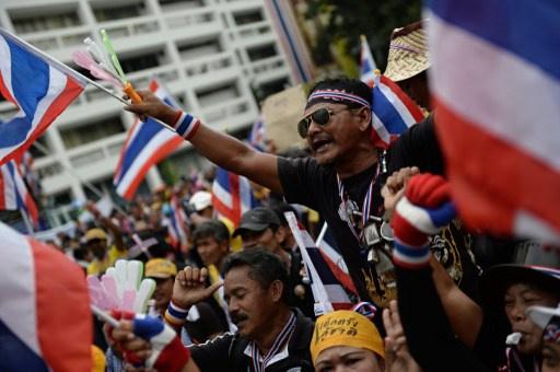 متظاهرون يحاصرون عدة وزارات في بانكوك ويطالبون برحيل الحكومة