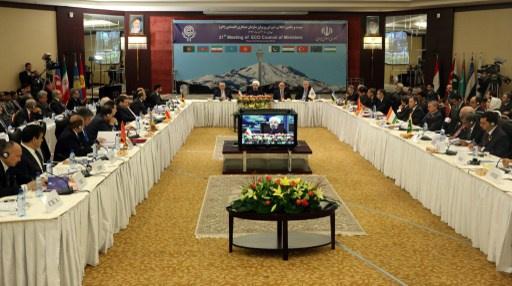 روحاني يدعو لتطوير التعاون بين دول
