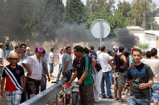 محتجون يحرقون مقرا لحزب النهضة في قفصة بجنوب تونس