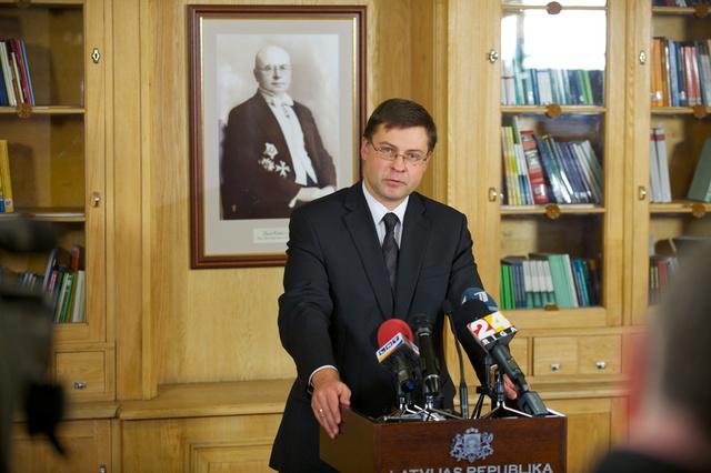 رئيس وزراء لاتفيا يستقيل بسبب انهيار سقف متجر في ريغا