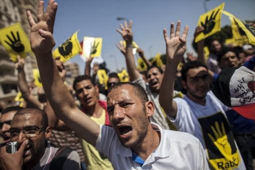 مقتل طالب في مظاهرة للإخوان في جامعة القاهرة والأمن يفرقها بخراطيم المياه وقنابل الغاز