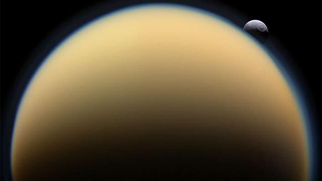 سقوط الكويكبات على سطح تيتان لم يخلّف آثارا بسبب المستنقعات