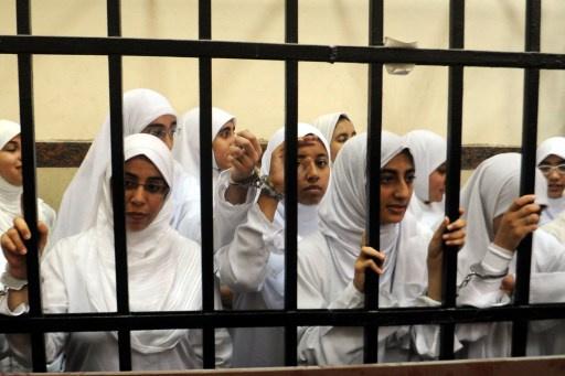 منظمة العفو الدولية تطالب عدلي منصور بالإفراج عن فتيات الإسكندرية
