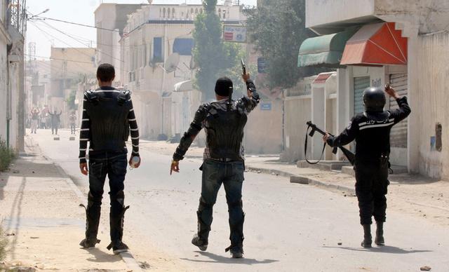 مواجهات أمن ومحتجين بحي شعبي في تونس العاصمة بعد منع متشددين من تنظيم مسيرة