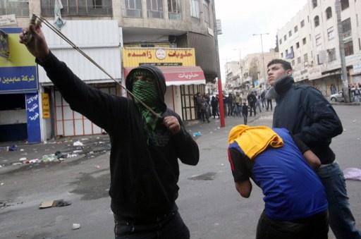 إصابة 13 فلسطينيا في مواجهات مع القوات الإسرائيلية في الخليل