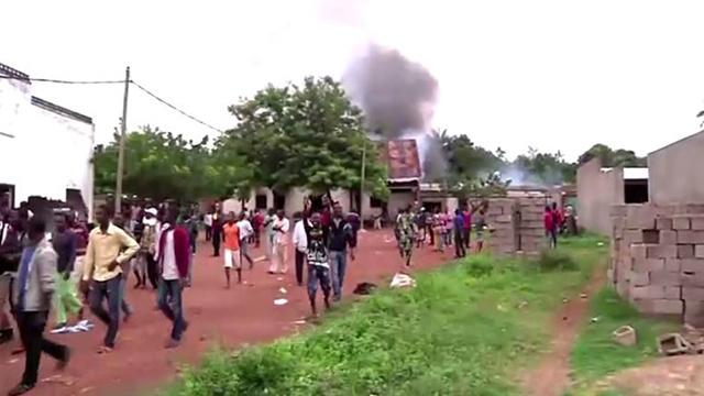 فيديو... حرق وتدمير مسجد على أيدي حشود غاضبة في عاصمة أفريقيا الوسطى