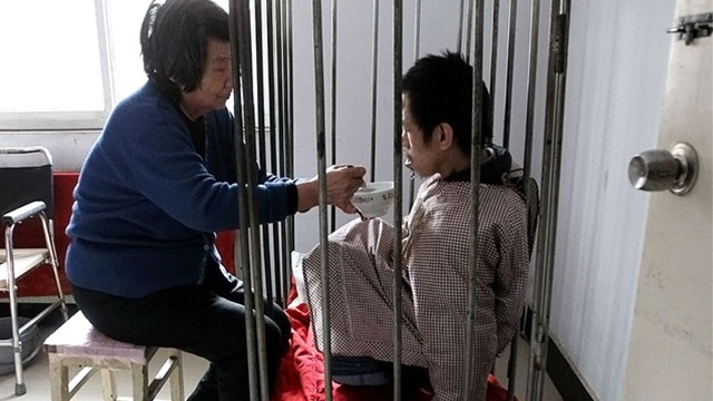 امرأة صينية تحتجز ابنها