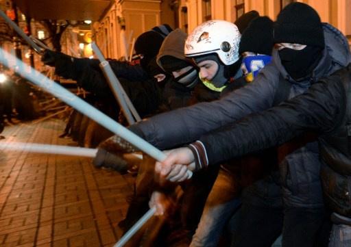 اشتون تدعو إلى إجراء تحقيق في استخدام القوة لتفريق المتظاهرين في كييف