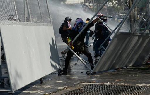 متظاهرون يخترقون الخط الأخير لحراسة مبنى الحكومة في بانكوك