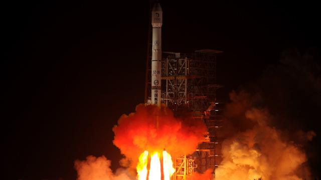 الصين تطلق عربة ذاتية الحركة إلى القمر