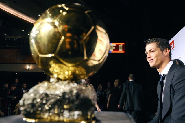 الفيفا يطالب رونالدو بحضور حفل جائزة الكرة الذهبية