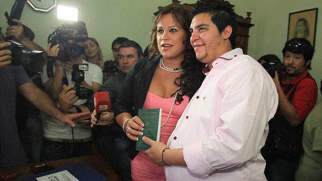 الزواج بين رجل حامل وصديقة له متحولة جنسيا في الأرجنتين