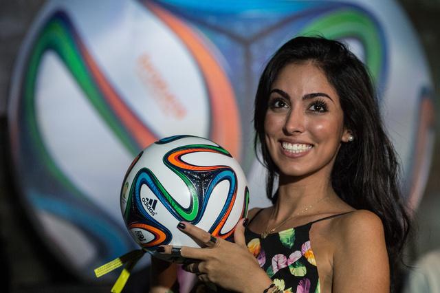 شاهد بالفيديو.. الكرة الرسمية لمونديال البرازيل 2014 بين أقدام ميسي ورفاقه