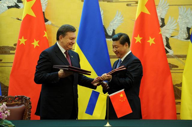 شي جين بينغ ويانوكوفيتش يوقعان اتفاقية الصداقة والتعاون بين الصين وأوكرانيا