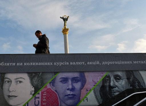 المركزي الأوكراني يفرض قيودا على سوق العملات في البلاد