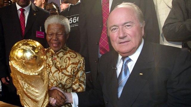 الفيفا يقرر تنكيس الأعلام حداداً على وفاة مانديلا