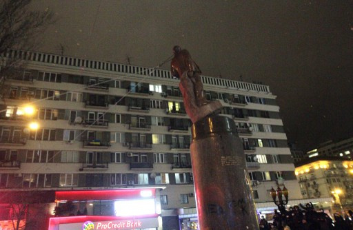 بالفيديو.. لحظة سقوط تمثال لينين خلال الاحتجاجات في كييف