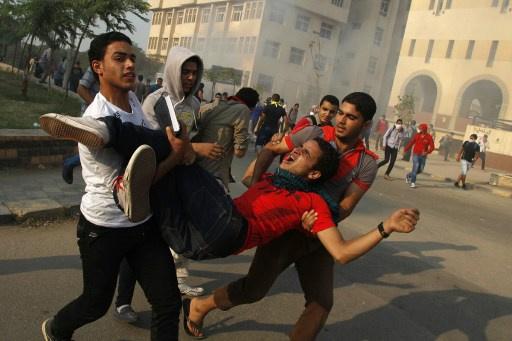 مواجهات عنيفة بين الشرطة وطلاب الإخوان بجامعة الأزهر.. وقوات الأمن تدخل حرم الجامعة