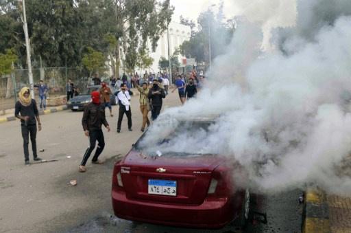 مراسلنا: الأمن يطلق قنابل الغاز لتفريق طلاب متظاهرين أمام جامعة القاهرة