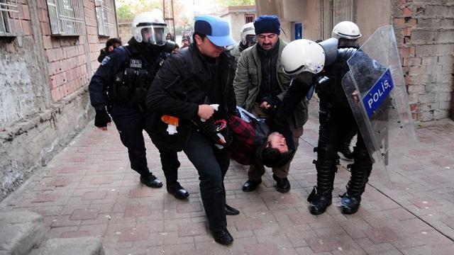 السلطات التركية تلقي القبض على ثلاثة أشخاص يشتبه بانتمائهم إلى