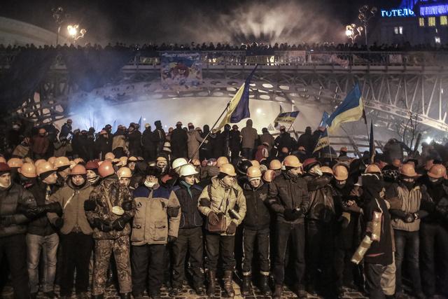 بالفيديو.. فيكتوريا نولاند توزع الخبز للمتظاهرين في ميدان الاستقلال بكييف